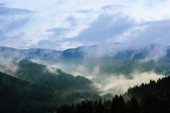 Wolken über dem Gebirgstal lizenzfreie stockfotografie