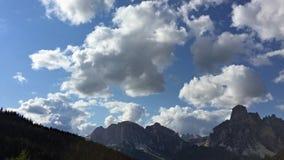 Wolken über dem Gipfel von Bergen stock video