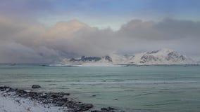 Wolken über dem norwegischen Fjord Geschossen auf Kennzeichen II Canons 5D mit Hauptl Linsen stock video