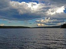 Wolken über dem See Stockbild