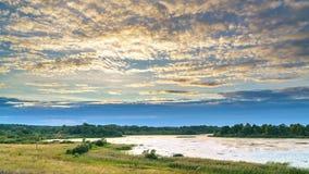 Wolken über dem See bei Sommersonnenuntergang - 4K Zeitspanne stock video footage