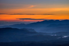 Wolken über dem Tal von ` s Sri Pada Adam ragen empor Stockfoto