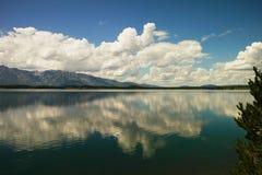 Wolken über dem Wasser stockfotos