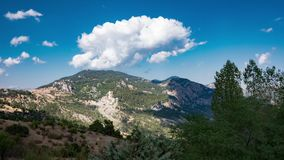 Wolken über den Bergen stock video