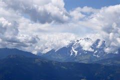 Wolken über den Bergen Stockbilder