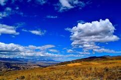Wolken über den Bergen Lizenzfreie Stockfotografie