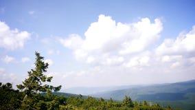 Wolken über den Bergen stock footage