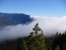Wolken über den Bergen auf La palma Lizenzfreies Stockfoto