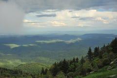 Wolken über den Bergen in Nord-Carolina lizenzfreie stockfotografie