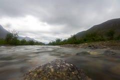 Wolken über den Bergen und dem Fluss Lange Berührung Lizenzfreie Stockfotos
