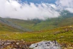 Wolken über den Bergen und dem Tal Lizenzfreies Stockbild