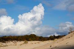 Wolken über den Dünen stockbild