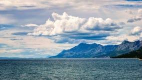 Wolken über den Hügeln durch das adriatische Meer in Kroatien im Sommer Stockbild