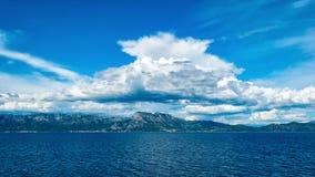 Wolken über den Hügeln durch das adriatische Meer in Kroatien im Sommer Lizenzfreie Stockfotos