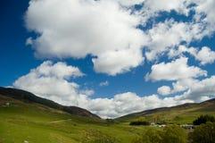 Wolken über den schottischen Hügeln Stockbild