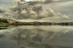 Wolken über der Mündung Lizenzfreie Stockfotografie