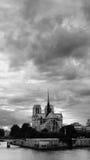 Wolken über der Notre Dame de Pariskathedrale Stockfotografie