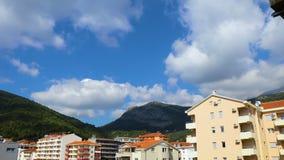 Wolken über der Stadt und den Bergen stock video