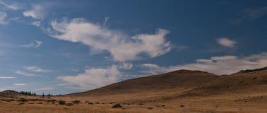 Wolken über der Steppe Stockfoto