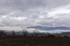 Wolken über einem Ackerland Stockbilder