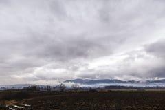 Wolken über einem Ackerland Stockfoto