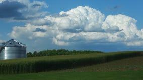 Wolken über einem Bauernhof Stockbild