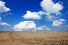 Wolken über einem Feld Stockbilder