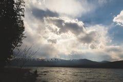 Wolken über einem Gebirgssee Stockbild