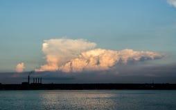 Wolken über einer Fabrik Lizenzfreies Stockbild