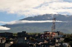 Wolken über einer wachsenden Stadt Stockfoto
