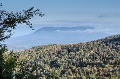 Wolken über entferntem Tal Stockfotografie
