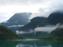 Wolken über Fjord Stockfoto