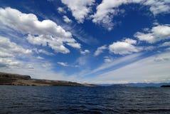 Wolken über Flachkopfsee stockfoto