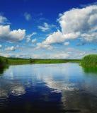 Wolken über Fluss Stockfoto