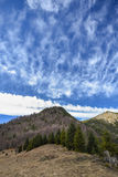 Wolken über Gebirgsrücken Lizenzfreies Stockbild