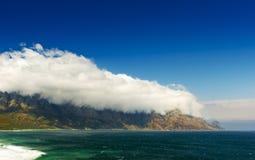 Wolken über Küstenbergen Lizenzfreie Stockfotos