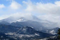 Wolken über langer Spitze bei Rocky Mountain National Park stockbilder