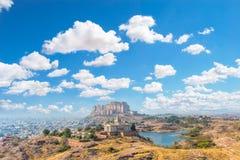 Wolken über Mehrangarh-Fort und Jaswant Thada Lizenzfreie Stockfotos