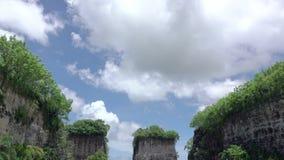 Wolken über merkwürdigen Felsen Wolken bewegen sich nah an der Gebirgsspitze stock footage