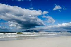 Wolken über Muizenberg-Strand Stockfotografie