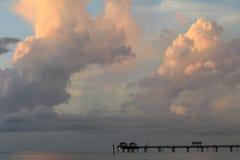 Wolken über Pier in Clearwater lizenzfreie stockfotos
