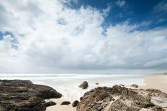 Wolken über schönem Strand Stockfotografie