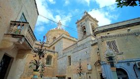 Wolken über St Paul Kirche, Rabat, Malta stock footage