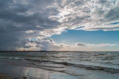 Wolken über Strand Lizenzfreie Stockfotografie