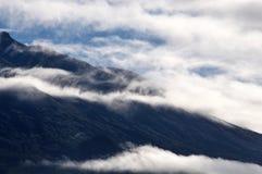 Wolken über Vulkan Stockbilder