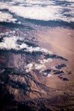 Wolken über Wüste vom Himmel stockfotografie