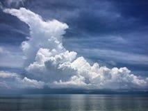 Wolken achter het eiland royalty-vrije stock fotografie