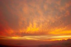 Wolken angesichts der untergehenden Sonne Stockbilder
