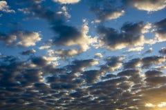 Wolken auf blauem Himmel stockfotografie