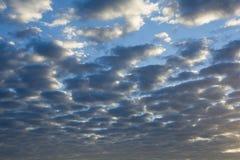 Wolken auf blauem Himmel stockbild